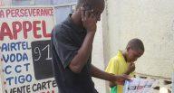 Un consommateur  téléphonique dans une cabine publique situé le long d'une avenue de la commune de Kinshasa. Radio Okapi/ Ph. John Bompengo