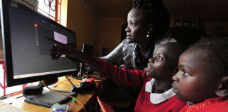 Cours d'informatique dans une école pour filles à Nairobi, au Kenya, en mai 2016. CRÉDITS : SIMON MAINA / AFP