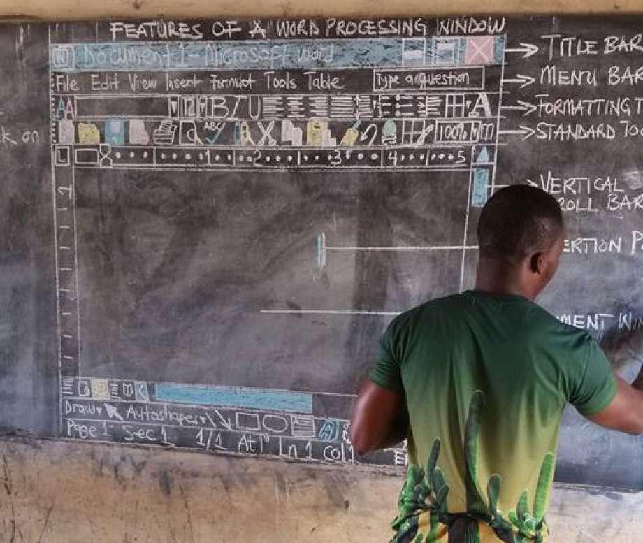 Le prof d'informatique dépourvu de PC a reçu du matériel — Ghana