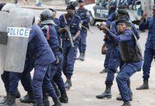 Des policiers réagissant à un jet de pierre depuis le site de la cathédrale Notre Dame à Kinshasa, en RDC ce 25 février 2018. / Photo : REUTERS/Goran Tomasevic